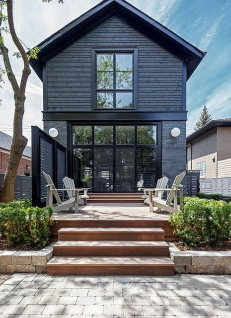 Ova siva kuća sa crnim ukrasima izgleda jednostavno i toplo.