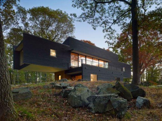 Smjela arhitektura, ali boja ove kuće, čine da ista stapa sa okolinom, ali i ističe u isto vrijeme.