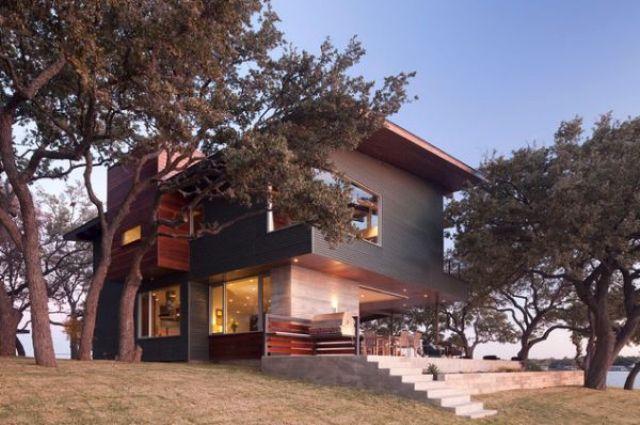 Primjetite kako je nijansa fasade jako slična boji stabala.