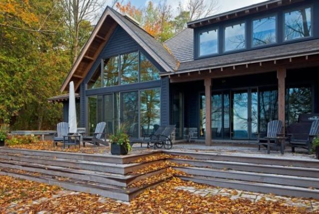 Boje korištene na ovoj kući daju istoj rustičan izgled, a boje jeseni samo to upotpunjuju.