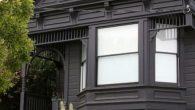 """Crne fasade zasigurno će dati """"ono nešto"""" kućama svih stilova, veličina i oblika. Kako malu i neprimjetnu strukturu učiniti da izgleda veča od života samog, ali i super urbana? Odgovor se krije u crnoj boji. Upravo taj odgovor, ozbiljno su shvatili, ali i primjenili savremeni dizajneri širom svijeta. Ukoliko zaista […]"""