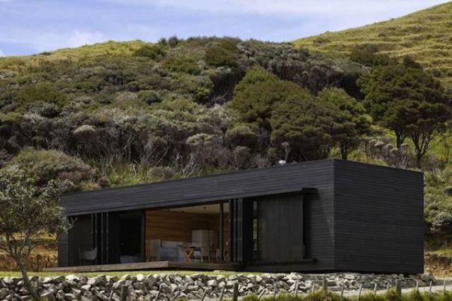 U ovom slučaju fasada čini da se kuća bolje uklopi u okolinu.