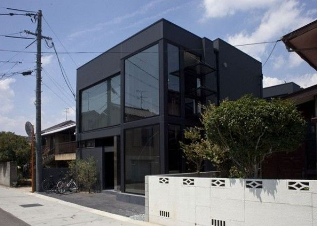 Savremena arhitekture ove kuće inkorporira crnu boju u cjelokupan dizajn i čini crnu savršenom za ovu strukturu.