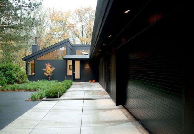 Crna fasada čini da ova kuća izgleda minimalistički čista.