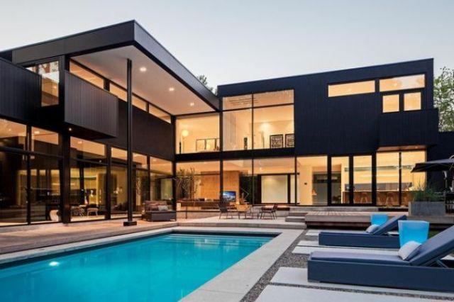 Kada je kuća otvorena ka vanjštini kao ova, onda boja postaje manje upadljiva.