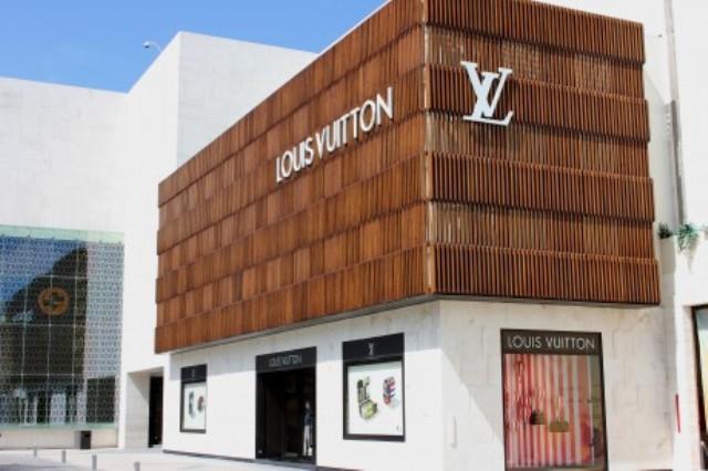 """Accoya drvo na fasadi zgrade Louis Vuitton Svjetski lider u modifikaciji drveta, Accsys Tehnologies upotrijebio je Accoya drvo za kreiranje spoljne drvene fasade za Louis Vuitton prodavnicu u Meksičkom turističkom ljetovalištu Kankun. Prestižnu prodavnicu, projektovali su arhitekte Jose-Carlos Valdivia de Los Rios i Gustavo Carmona. Zajednička ideja bila je da drvena fasada kreira unakrsni (karo) dizajn koji je zaštitni znak i krasi mnoge proizvode ovog luksuznog brenda. Ovo je bio veliki izazov za projektantski tim. U svakom slučaju, fasada je morala da zadovolji visoke standarde kvaliteta, koji se vezuju za brend, i visoke nivo estetskog izgleda finalizacije. Geografska lokacija prodavnice je predstavljala dodatne prepreke za tim jer je Kankun sklon ekstremnim promjenama vremenskih uslova, od velikih vlažnosti do tornada. Zahvaljujući procesu modifikacije Accoya. Vrhunski kvalitet ovog drveta nadmašuje mnoge druge vrste, što ga čini idealnim za spoljnu upotrebu. Proces modifikacije takođe pruža drvetu zaštitu od napada insekata i daje mu UV otpornost. Preko 223 panela je iskorišteno za kreiranje spoljašnje fasade. Fasada je konstruisana korištenjem četiri vrste panela postavljenih isprepletano tako da se postigne naglašenost različitih presjeka drveta. Svaki panel je sastavljen od devet lamela. Inženjeri, koji su učestvovali na projektu, rekli su da je: """"Projektovanje i izgradnja Louis Vuitton prodavnice u Kankunu predstavljao izazov vrijedan nagrade. Privilegija je bila raditi na ovakvom projektu i dizajnirati ga. Morali smo da budemo sigurni da je konstrukcija po najvećim mogućim standardima i da može da izdrži klimu koja je vrlo promjenljiva. Trajnost i stabilnost koje nudi Accoya su u mnogome olakšale ovaj projekat za koji je timu od petnaest ljudi bilo potrebno deset dana da ga privede kraju."""""""