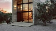Arkitekta: A31 Architecture Lokacija: Grčka Projektant: Praxitelis Kondylis Strukturni dizajn: Panagiotis Karras Površina: 75.0 m2 Godina: 2009. Između maslina, lijandera i čempresa na zemljištu od 4.000 m2 i nekoliko metara od njegovog doma u Dilesiu, Boeotia, započeo je sa izgradnjom atelje slikara i kipara Aleksandra Liapisa. Dio krajolika ugrađen je […]