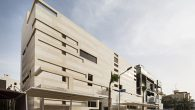 Arhitektonski studio: Massive Order Lokacija objekta: Nuzha, Kuvajt Vodeći arhitekta: Muhannad Al-Baqshi Dizajn: Eman Kassem, Raweya Al-Sedairawi Površina: 375,0 m2 Godina projekta: 2013 Proizvođači: Ikea, Villeroy & Boch Voditelj projekta: Faisal Al-Hawaj Izgradnja: Massive Order Glavna odlika dizajna za Altruističku rezidenciju zasniva se na činjenici da se parcela nalazi u […]