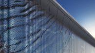 """Tokom većeg dijela historije arhitekture, zanimljive fasade postignute su različitim vrstama materijala ili ukrasima. Od složene obojenih frizova Partenona do staklenih eksterijera modernih nebodera, ističe se prije svega statična arhitektura, koja se """"mijenjala"""" u skladu sa okolišem i uticala na materijal fasade na različite načine, bilo da je kiša, svjetlost, […]"""
