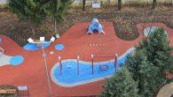 Površine predviđene za igru djece su uglavnom od betona, asfalta ili je to obična zemljana podloga. Takve vrste podloga su uzrok mnogih povreda djece. Na njima se nalaze igračke (tobogani , ljuljačke , klackalice i druge…) čija visina često prelazi 2 m i pad djeteta sa takve visine na tvrdu […]