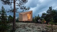 """Arhitektonska kompanija sa sjedištem u Helsinkiju Studio Puisto sarađivala je s finskom markom namještaja Made By Choice kako bi stvorila modernu kolibu poznatu kao """"Prostor uma"""". Ova montažna struktura koncipirana je kao odgovor na pandemiju koronavirusa, sa ciljem da se ljudima ponudi mjesto za razmišljanje, punjenje baterija ili opuštanje. Kompaktna […]"""